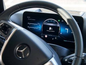 Lkw-Assistenzsysteme von Mercedes: Notbremsung vor Abbiegeunfall